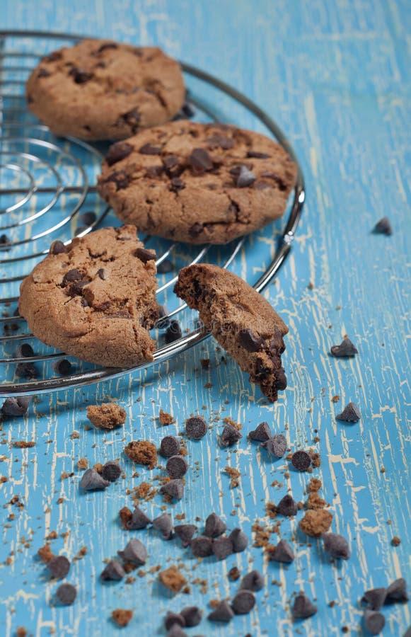 Gebroken koekje en chocoladedalingen stock foto