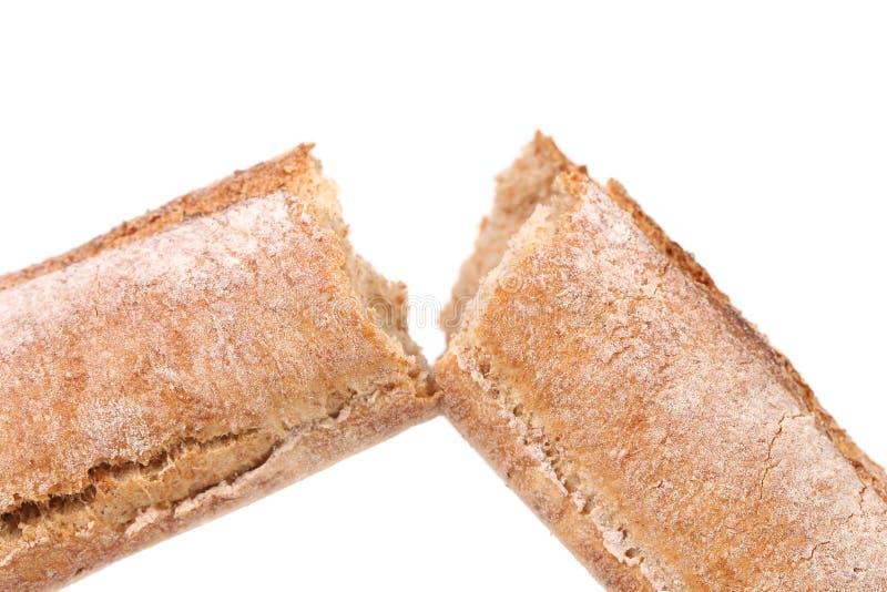 Gebroken lang bruin brood. stock afbeelding