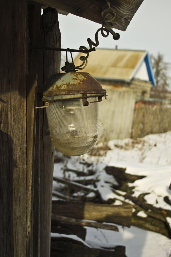 Gebroken lantaarn op de muur van een oude schuur royalty-vrije stock afbeelding