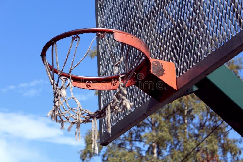 Gebroken Netto Basketbal en Rugplank stock foto's