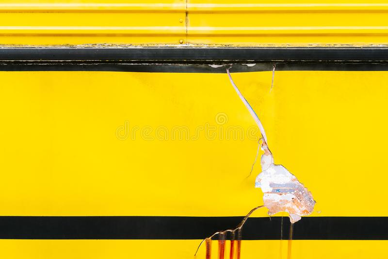 Gebroken oppervlakte van oude gele grungeauto met carcktextuur backg stock fotografie