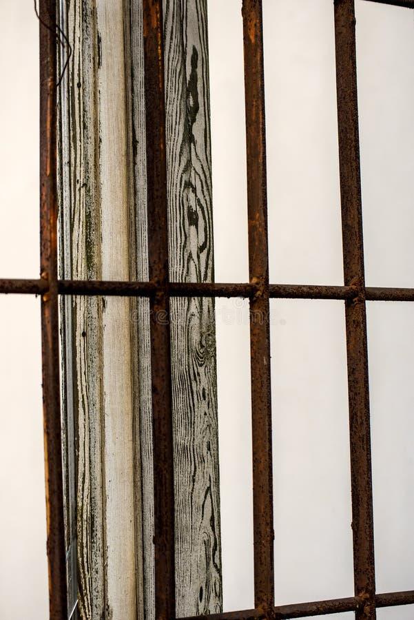 Gebroken oud venster met net en houten kader royalty-vrije stock foto
