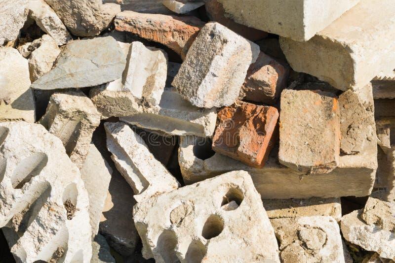 Gebroken oude baksteen met overblijfselen van de stichting op de plaats van het vernietigde gebouw royalty-vrije stock foto's