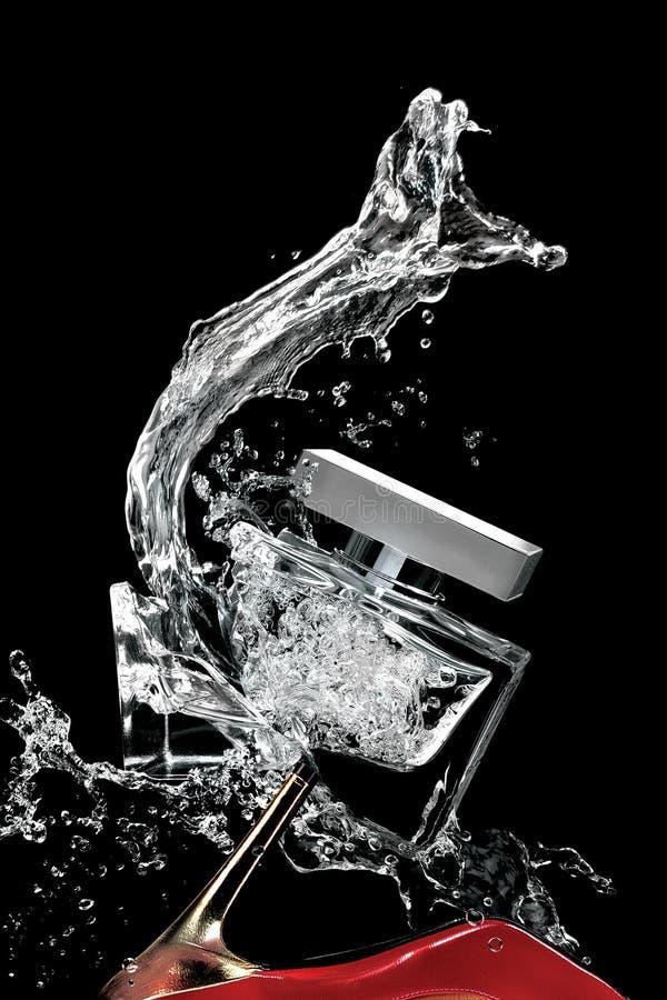 Gebroken parfumfles en schoen stock foto