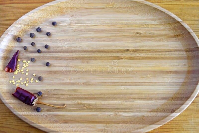 Gebroken peul van hete Spaanse peper, pimentbeserwten stock foto's