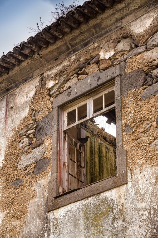 Gebroken raam van een verlaten huis royalty-vrije stock fotografie