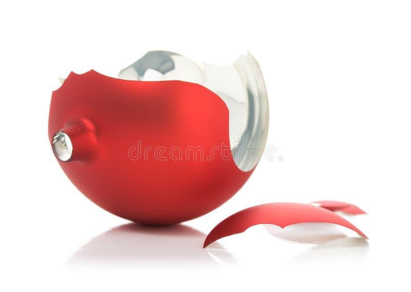 Gebroken rode Kerstmisbal royalty-vrije stock afbeelding