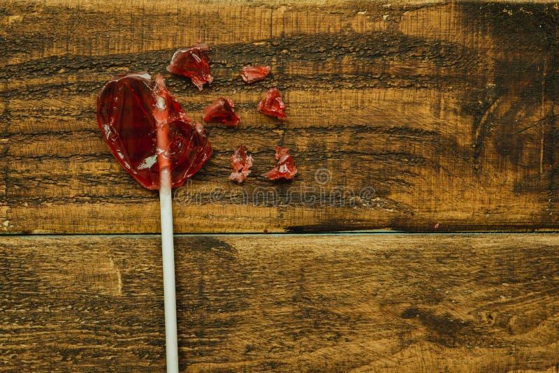 Gebroken rode lollipo met hartvorm royalty-vrije stock fotografie