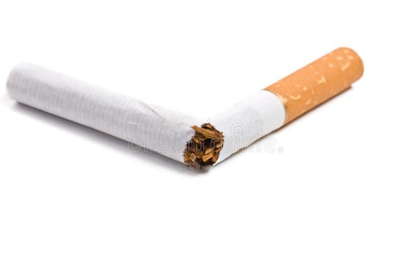 Gebroken sigaret die op wit wordt geïsoleerd stock afbeeldingen