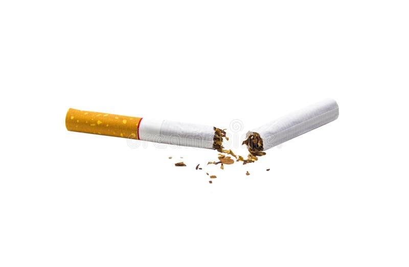 Gebroken sigaret die op witte achtergrond wordt geïsoleerda royalty-vrije stock foto