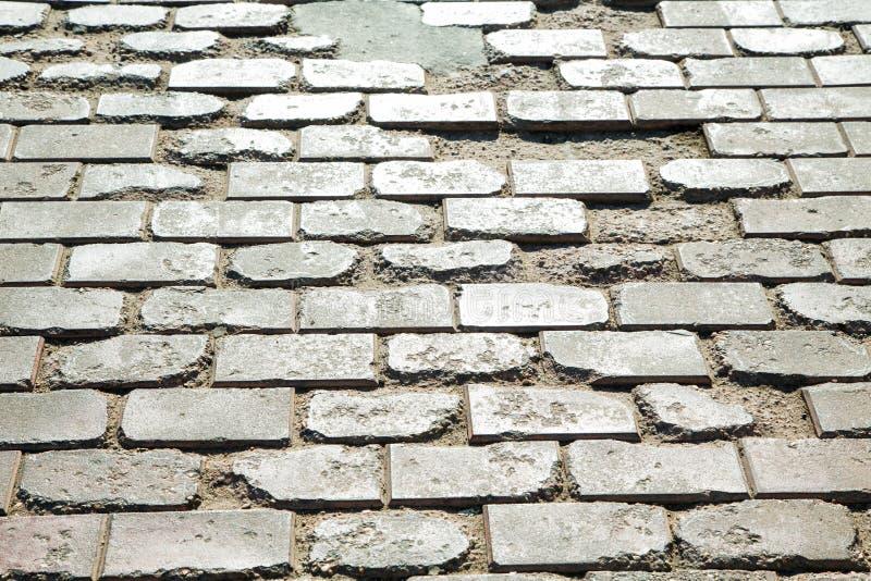 Gebroken straatstenen op het wegclose-up royalty-vrije stock afbeelding
