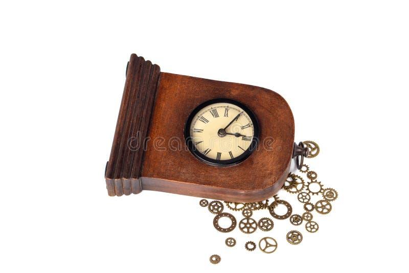 Gebroken uitstekende alarm-klok die op wit wordt geïsoleerd Gebroken mechanisme Toestellen buiten royalty-vrije stock fotografie
