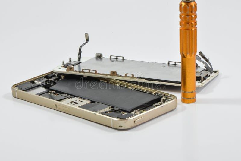 Gebroken van mobiel telefoon en reparatiehulpmiddel royalty-vrije stock afbeelding