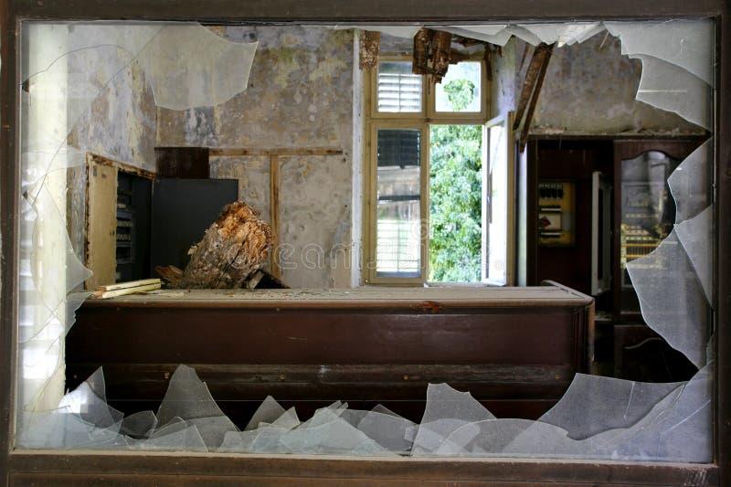 Gebroken venster in een verlaten hotel royalty-vrije stock afbeelding
