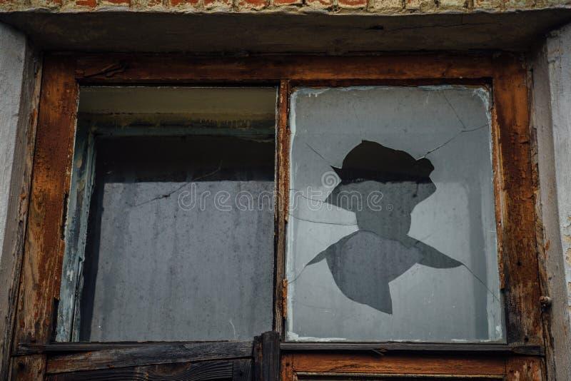 Gebroken vensterglas Rotte kaders De verlaten Bouw stock foto's