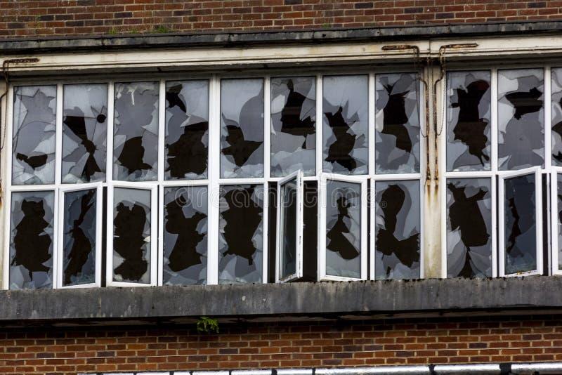 Gebroken Vensters in de Verlaten Unigate-Fabriek, Grote Torrington, Devon, Engeland stock foto's