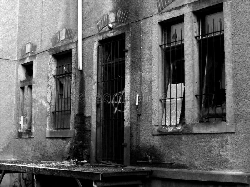 Gebroken vensters van oude ruine stock foto