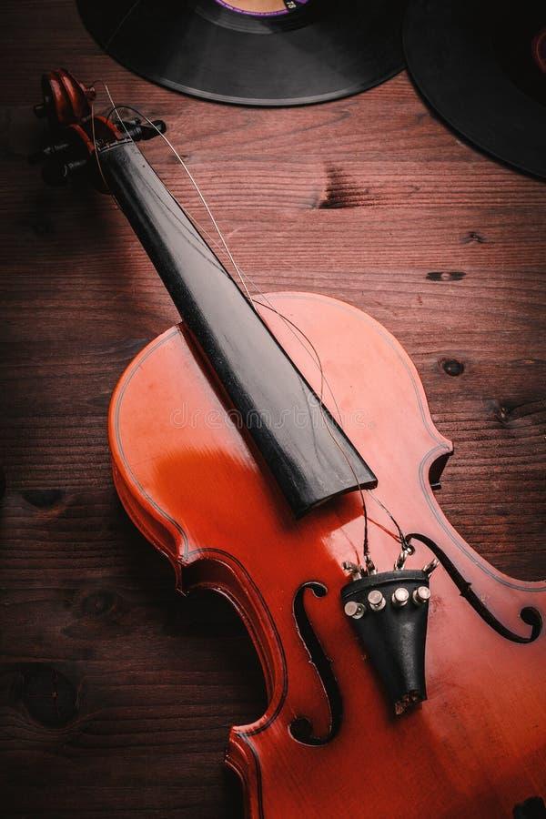 Gebroken viool en vinyl stock fotografie