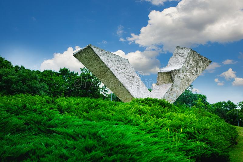 Gebroken vleugel of Onderbroken Vluchtmonument in Sumarice Memorial Park dichtbij Kragujevac in Servië stock afbeelding