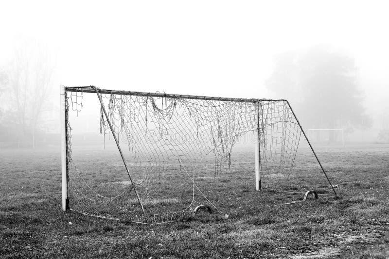 Gebroken voetbaldoel op een mistig gebied royalty-vrije stock foto