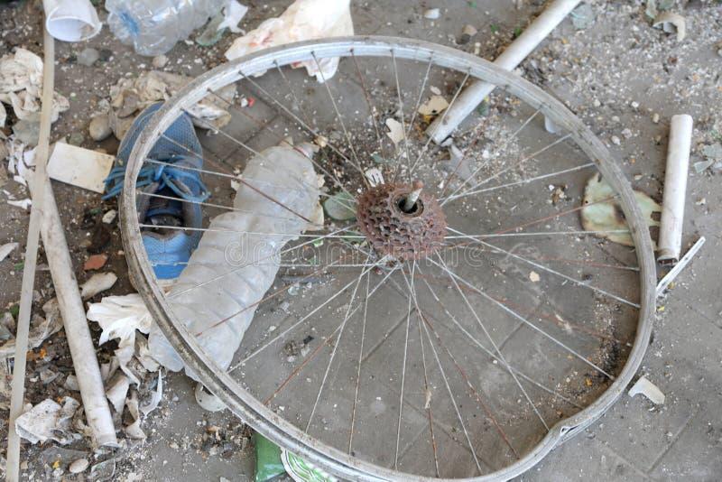 Gebroken wiel van een fiets in het autokerkhof stock afbeelding