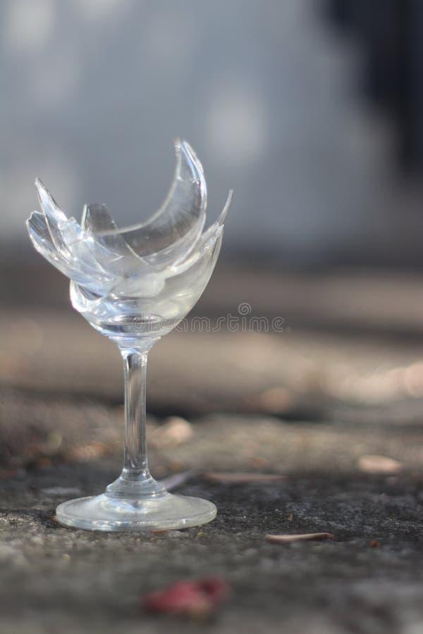 Gebroken wijnglas met onscherpe achtergrond royalty-vrije stock afbeelding