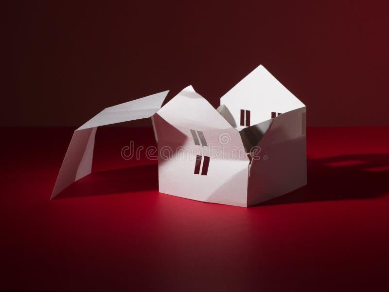Gebroken Witboekhuis zonder een dak Allegorie van Tornadocatastrofe royalty-vrije stock foto's