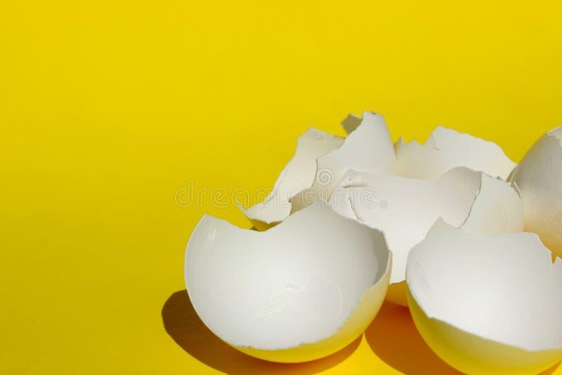 Gebroken Witte Kippeneierschaal Witte Eierschaal over Gele Achtergrond Kleurrijke achtergrond royalty-vrije stock foto