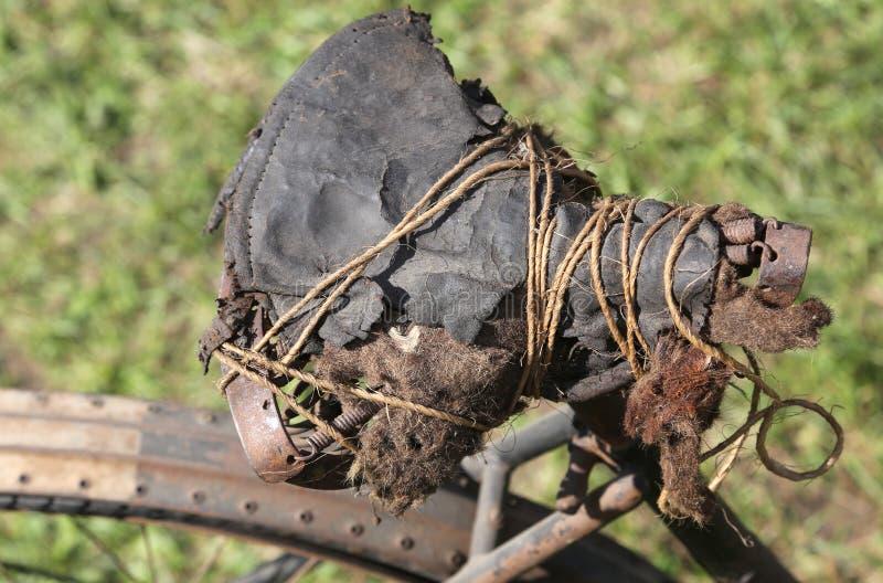 Gebroken zadel van een oude fiets royalty-vrije stock foto's
