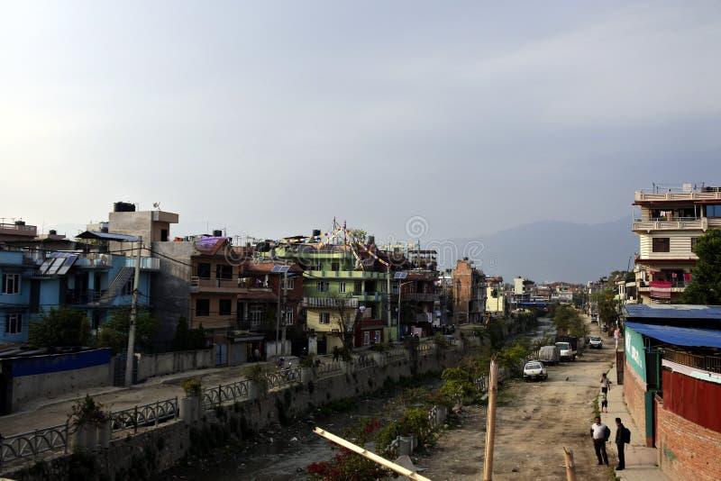 Gebruikelijke straat in de krottenwijk van Katmandu, Nepal stock foto's