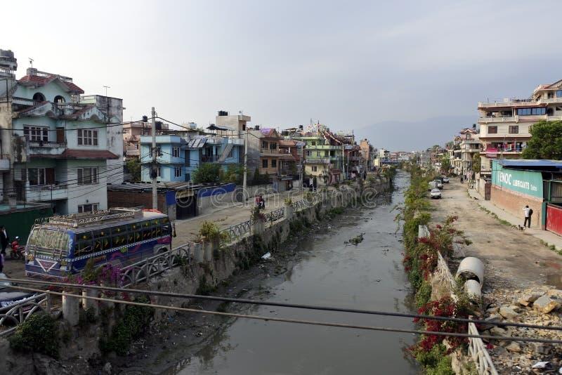 Gebruikelijke vuile rivier in Katmandu, Nepal stock foto