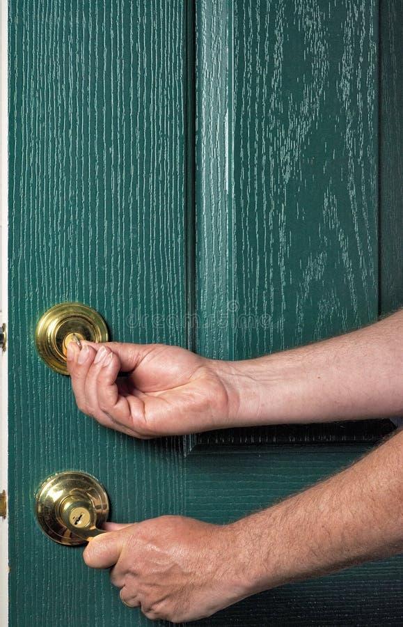 Gebruiken van een sleutel om deadbolt te sluiten is veilig royalty-vrije stock foto