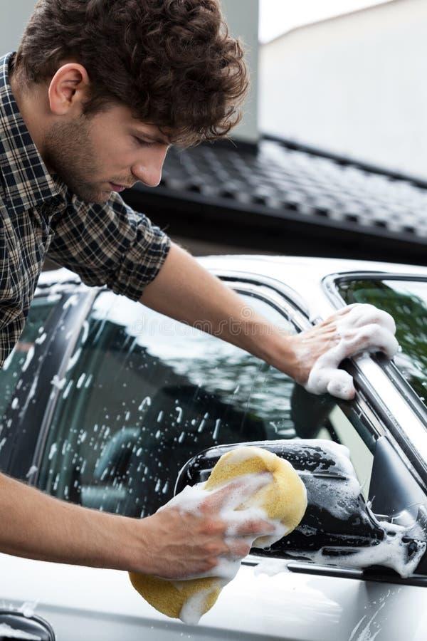 Gebruikend een spons voor het schoonmaken van auto royalty-vrije stock foto's