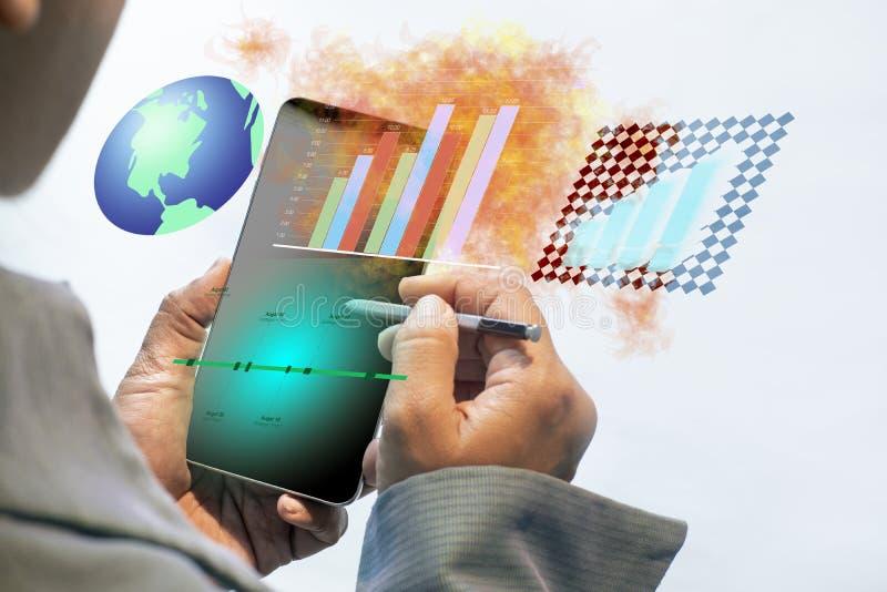 Gebruikend smartphone in het doen van bedrijfstechnologie Rapporten en Grafiekenconcept op slimme mobiele telefoon royalty-vrije stock fotografie