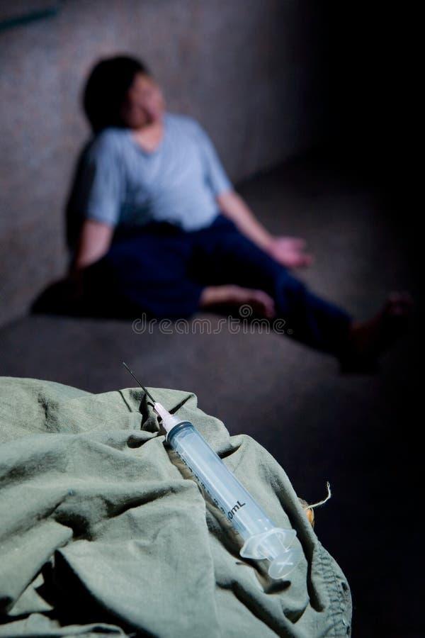 Gebruiker van de drug stortte op de vloer in royalty-vrije stock fotografie