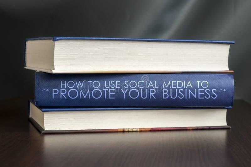 Gebruiks sociale media om uw zaken te bevorderen. Boekconcept. stock afbeelding