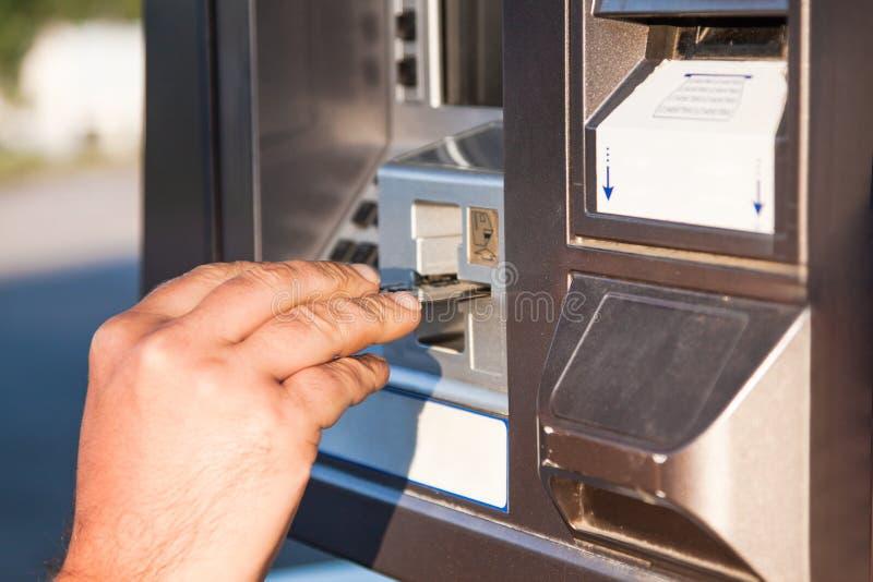 Gebruikscreditcard om voor gas bij de pomp te betalen royalty-vrije stock afbeeldingen