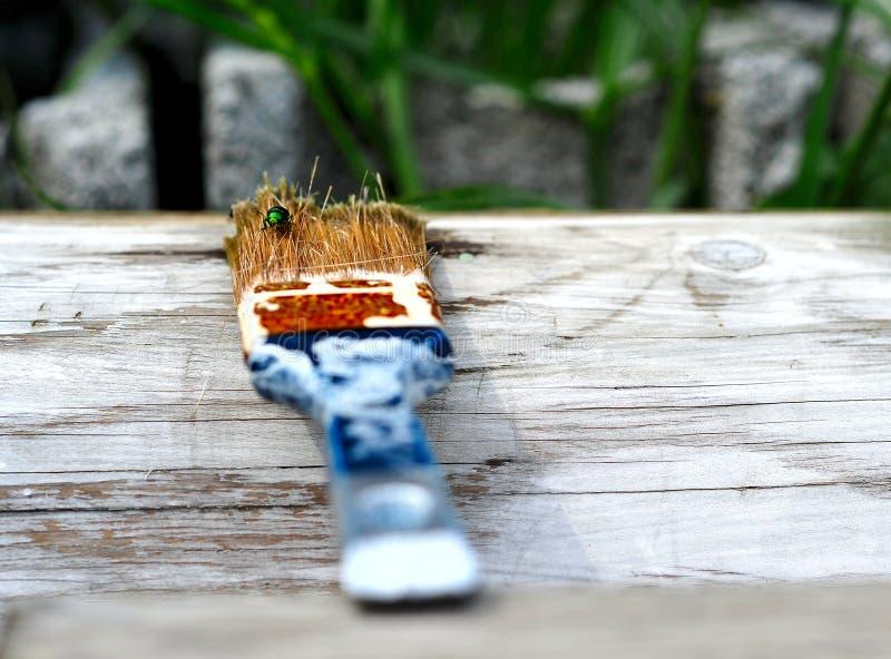 Gebruikt penseel dat op de gewreven witte houten plank ligt royalty-vrije stock foto