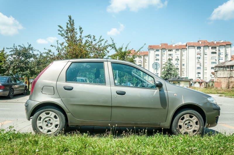 Gebruikte die Fiat Punto-auto op de straat in de stad wordt geparkeerd royalty-vrije stock foto's