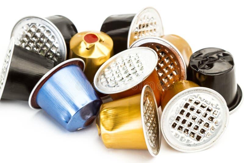 Gebruikte gekleurde koffiecapsules stock afbeelding