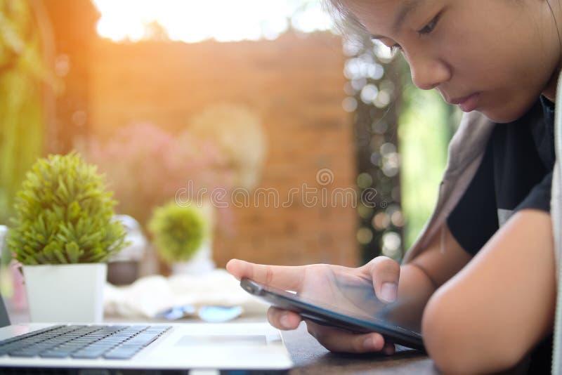 Gebruikte het close-up jonge meisje mobiele telefoon, vage achtergrond stock fotografie