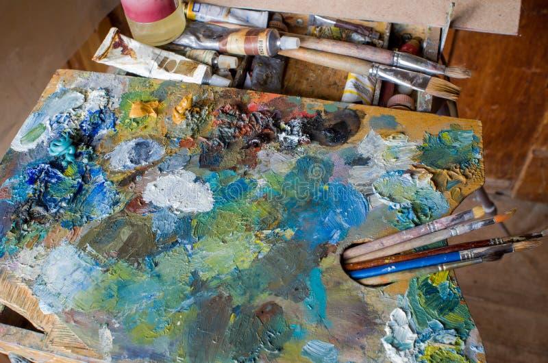 Gebruikte het kunstenaars` s palet, borstels, close-up royalty-vrije stock afbeeldingen