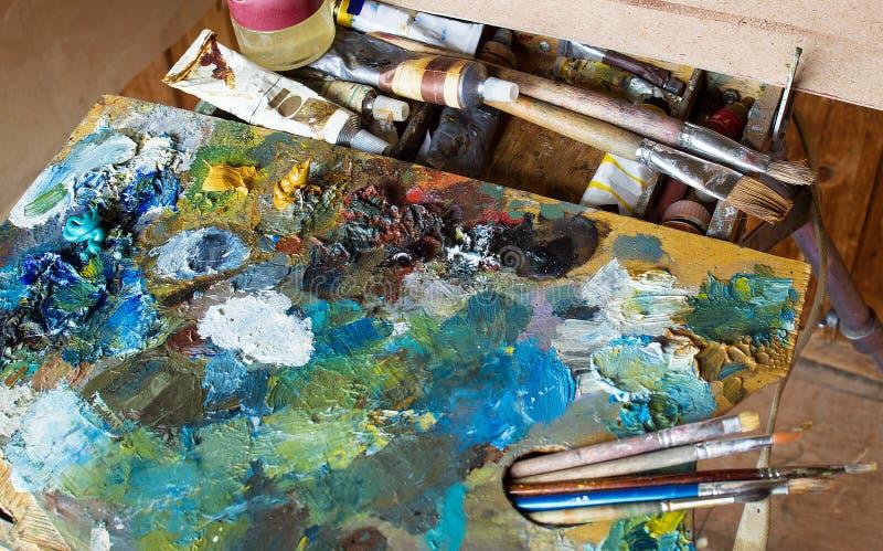 Gebruikte het kunstenaars` s palet, borstels, close-up royalty-vrije stock afbeelding