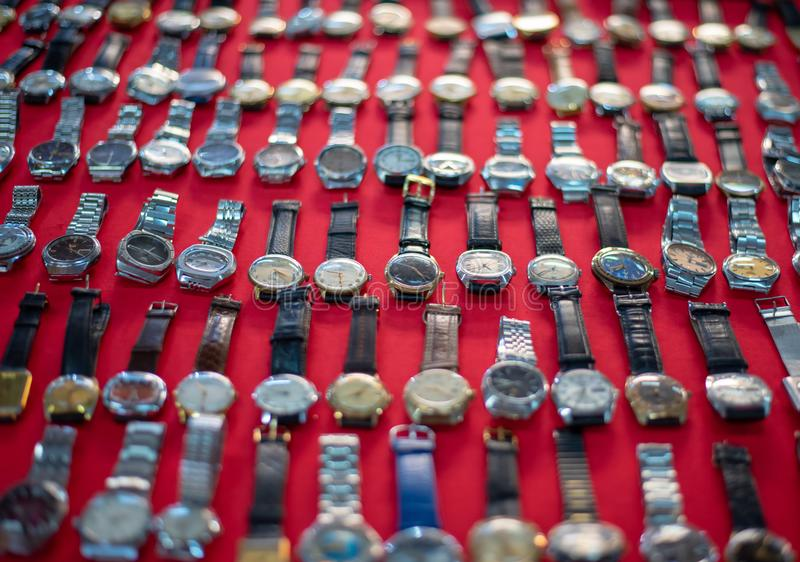 Gebruikte horloges in verkoop in tegenovergestelde richting stock foto