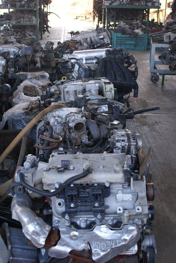 Gebruikte motoren en reserveonderdelen in een autokerkhof stock foto's
