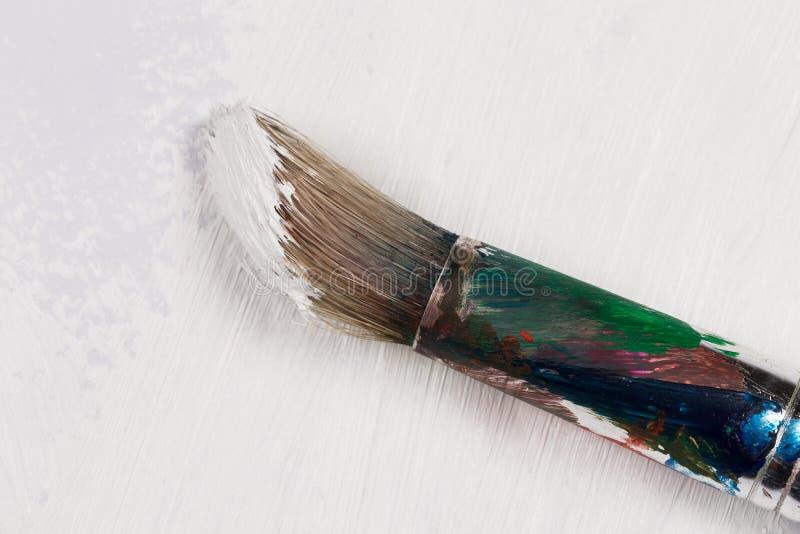 Gebruikte verfborstel in witte kleur stock afbeeldingen