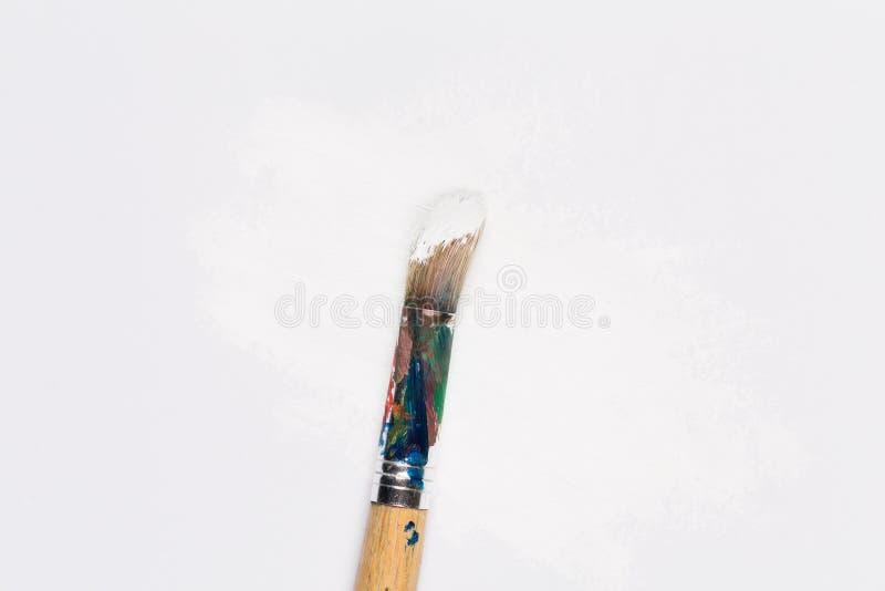 Gebruikte verfborstel in witte kleur royalty-vrije stock afbeeldingen
