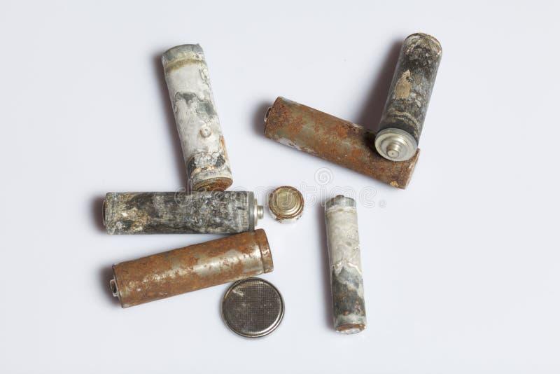 Gebruikte vinger-gekronkelde die batterijen met corrosie worden behandeld recycling stock foto's