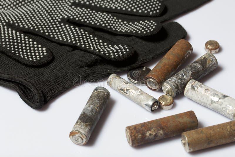 Gebruikte vinger-gekronkelde die batterijen met corrosie worden behandeld Zij liggen op een houten doos Volgende werkende handsch stock afbeeldingen