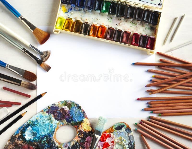 Gebruikte waterverfpaint-box, verfborstel, potloden en pastelkleuren stock afbeelding